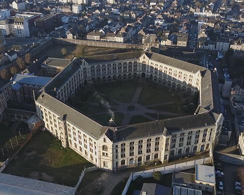 PRISON DE FEMMES parle du parcours de 5 femmes à l'intérieur de la prison de Rennes, ce film parle de LONGUES PEINES.